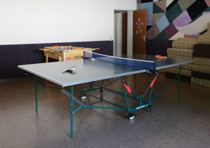 Tischtennis und Kicker im Sportraum der Christlichen Gemeinde Nürnberg